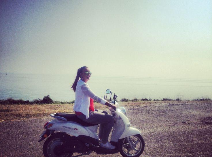 Bij GHTD huurt u al voor 15,- (per 2 uur) een scooter waarmee u de omgeving van Burgh-Haamstede kunt verkennen. Superleuk!