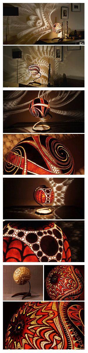 Искусство вырезать светильники из тыквы привезенных из Сенегала, заслуживает особого внимания. Сложные узоры создают потрясающие эффекты на поверхностях комнаты. Разработано это искусство и выполняется в Calabarte. Некоторые участки гравюр намеренно создаются поверхностным, оставаясь непрозрачным или полупрозрачными они слабо пропускают свет, а другие имеют максимальную прозрачность, что позволяет делать рисунки теней более сложными. #светильники #лампы #декор #светодизайн