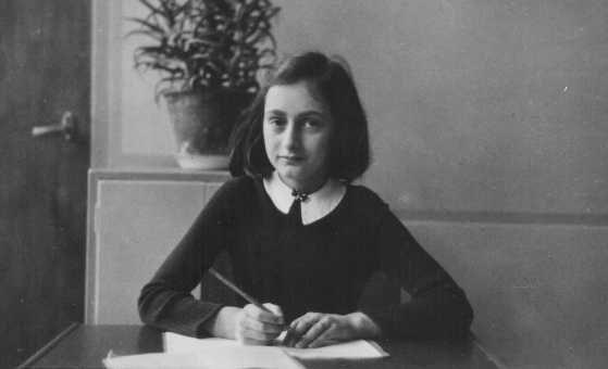Anne Frank,  aos 12 anos de idade, na sua carteira escolar. Amsterdã, Holanda, 1941.