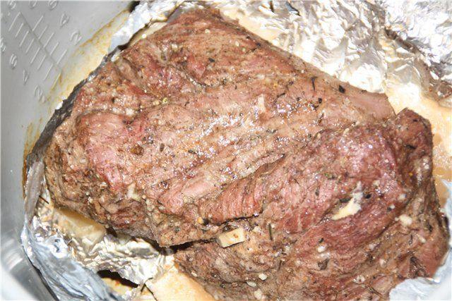 Фольга поможет равномерно распределить тепло и сохранить сочность мяса , а вам только остаётся заглядывать в духовку , контролируя процесс