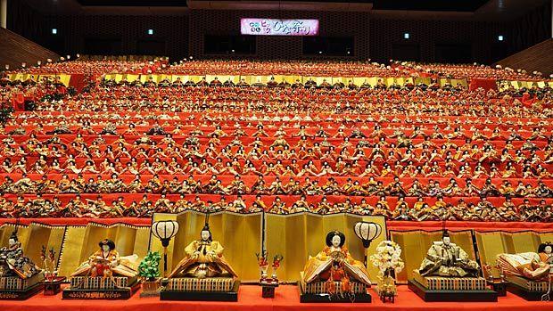 千葉県勝浦市で大規模ひな祭りが開催中! 勝浦市芸術文化交流センター・キュステをメイン会場とし、各地区で工夫をこらした雛飾りが見られます。なんといってもお雛様の数がすごい! 勝浦市の人口(約19,000人)を軽く超える、約30,000体。…