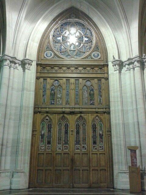 Catedral de La Plata. Buenos Aires.  Puerta principal. Vista interna