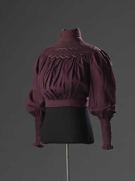 Sommige vrouwen waren het zat. Zij begonnen de reformbeweging: een reactie op onpraktische en oncomfortabele japonnen en korsetten die in de mode waren. Lees meer over blouses van de reformbeweging in de #modeblog: http://hart.amsterdammuseum.nl/93218/nl/modeblog-blouses-uit-de-reformbeweging