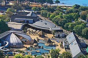 !!!! Camping Sunêlia L'Escale Saint-Gilles *****  Bénodet - Finistère - Frankrijk Levendige camping, gelegen aan zee in het toeristische stadje Bénodet. Prachtig waterpark met buiten- en binnenbad (waar zelfs de lucht wordt verwarmd en dak geopend kan worden bij mooi weer). Grote keuze tot huren van stacaravans. Zwembad niet voorzien van takellift, maar langzaam aflopende bodem, plus plastic rolstoel. Beoordeling: 8.2