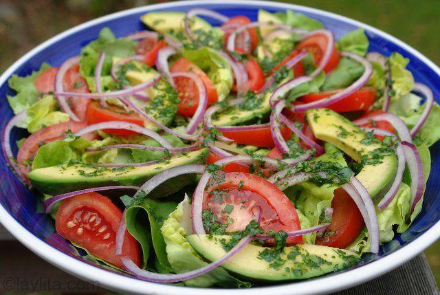 Recetaa para preparar una sencillla ensalada mixta de lechuga, tomate, cebolla y aguacate con aderezo de limón y cilantro