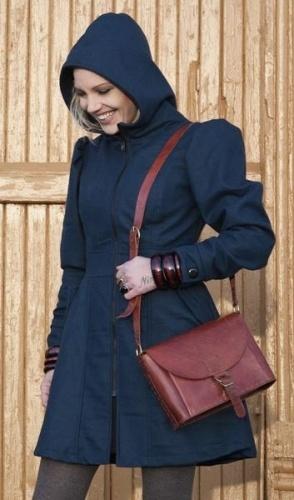Feminin ullkåpe i deilig ullstoff, foret med sateng. Kåpen har et høyt livsnitt som passer godt til å fremheve de feminine former. Armene og stilen er 50-talls, men glidelås og hals er moderene. En blandet stil, som gjør den litt spesiell. Men den er så enkel i snittet at det utheves på en lekker måte. Kåpen er en god vinterkåpe og faller deilig nedover kroppen. Foret har Japansinspirert mønster, som gjør den me...  Norwegian designe- Nordlys alveklær