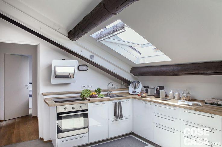 La composizione cucina è un modello di produzione. Sono stati utilizzati, infatti, moduli standard, accostati secondo una logica di funzionalità ergonomica e in base alle misure delle pareti. Solo il top è su misura, come solitamente avviene per ogni cucina.