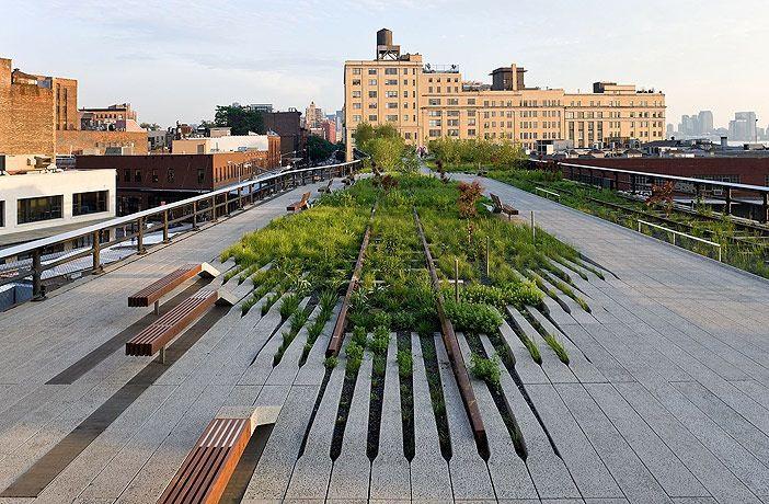 """Há mais ou menos80 anos atrás,a Estrada de Ferro Central de Nova York, construiu aproximadamente 3,2 km de ferrovia elevada para transportar carga no lado oeste de Manhattan,passando pelo interior de prédios e fábricas. Parcialmente demolida em 1960,e em 1980,deixou de ser usada.Cogitou-se a sua demolição mas a população articulou-se, agrupada numa organização chamada """"Friends of High Line"""", conseguindo evitar essa ação.A área de lazer do parque combina estruturas de concreto e áreas…"""