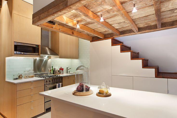 dans ce petit appartement la cuisine occupe le renfoncement sous la mezzanine l 39 il t central. Black Bedroom Furniture Sets. Home Design Ideas