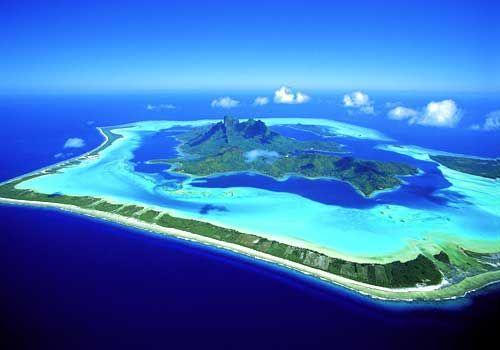 Bora Bora, Está formado por un volcán extinto; rodeado por una laguna separada del mar por un arrecife. El punto más alto es el monte Otemanu a 727 metros. En 2007, la población era de 8.880 habitantes. Que maravilloso lugar!!
