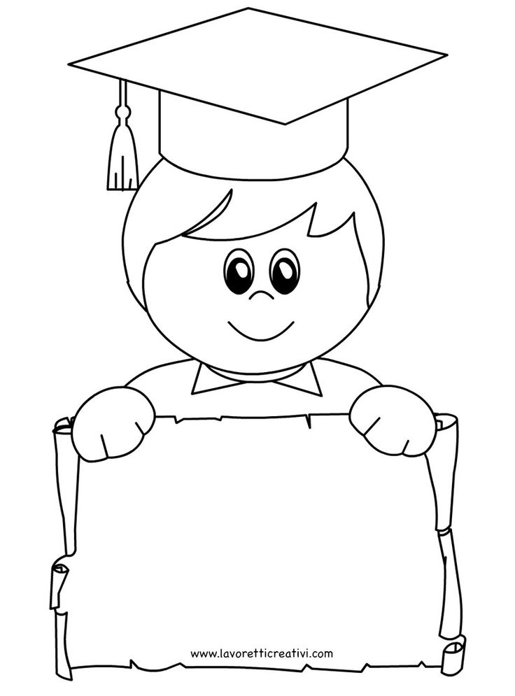 Bambino con tocco e diploma di Fine Anno Scolastico