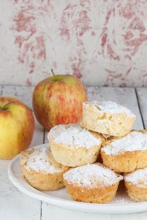 Heerlijk geurende romige appel muffins gemaakt van o.a. Griekse yoghurt, appels…