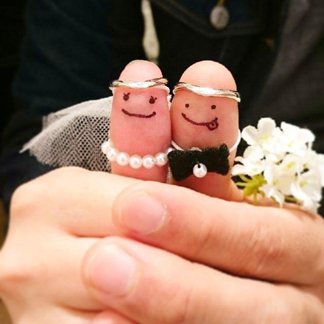 ご結婚式を控えていらっしゃるOさまご夫妻。お指のお顔は担当させていただいたスタッフが描かせていただきました♡幸せなご家庭を築いてください! #snowjewelryterrace #snow #スノウ #スノウ広島本通店 #親指フォト #結婚指輪 #マリッジリング #婚約指輪 #エンゲージリング #結婚式 #花嫁