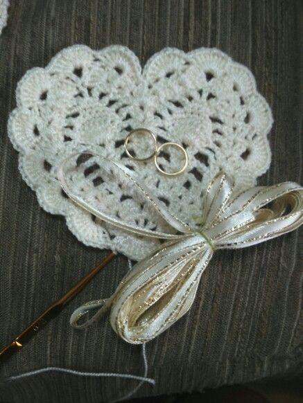 Corazon a crochet,  souvenir encintado recuerdo de novios, para bodas dorado marfil crema argollas. Tejido por mi para el matrimonio de mi tia, con mucho amor