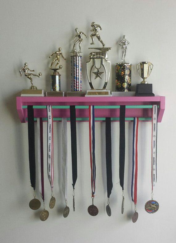 Versión de pantalla pequeña moda rosa. sostenedor de la medalla, exhibición de la medalla, poseedor del trofeo, porristas, sostenedor de la medalla, medallas de gimnasia en marcha