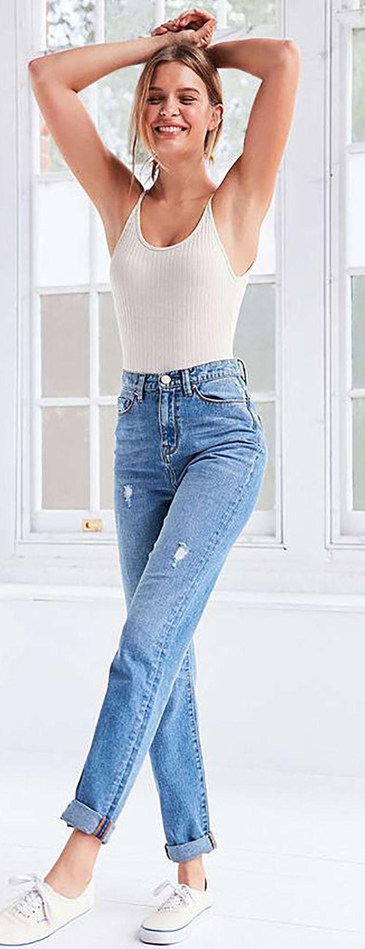 Mom jeans: tendência que une conforto, estilo e casualidade nos looks