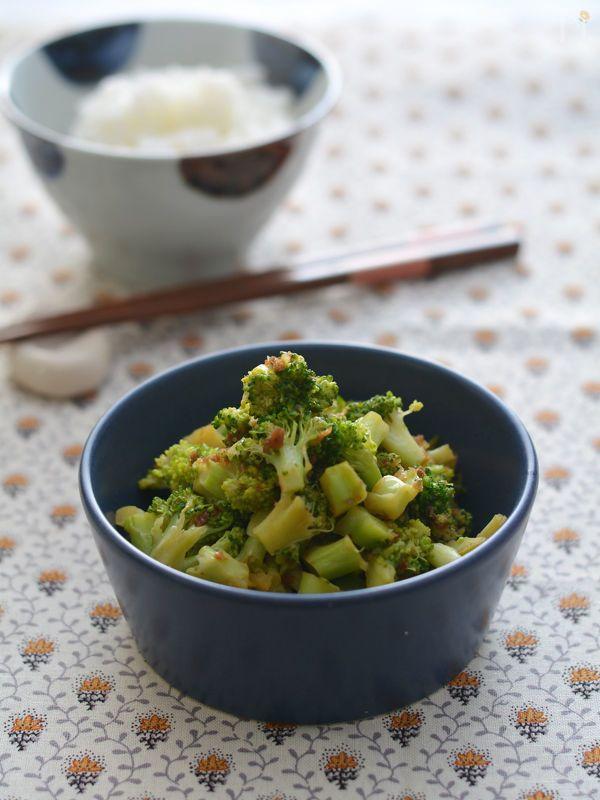 粗めに切ったブロッコリーをおかかしょうゆで和えた簡単野菜おかずです。  お弁当おかずやごはんのっけもおすすめです☆  電子レンジ調理で簡単&お手軽に!