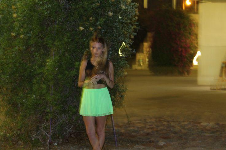 Top: Bershka Minifalda: Hollyster Gafas de sol: Primark