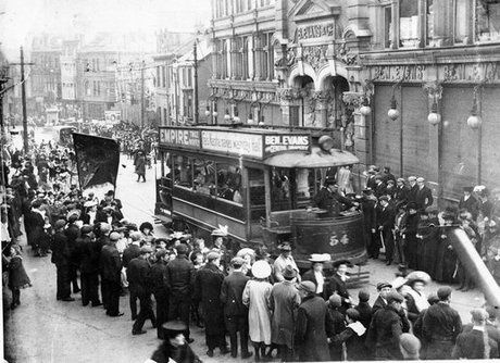 Wind Street, 1920 (pic via http://www.walesonline.co.uk/news/welsh-history/articles/2012/01/13/great-pictures-from-the-past-snapshots-of-wales-through-history-91466-30117895/)