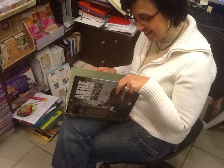 """Ηδη τα Βιβλιοπωλεία ξεφυλλίζουν το πρώτο βιβλίο του πρώτου Έλληνα Master Chef, Άκη Πετρετζίκη, """"ΑΥΤΟ ΠΡΕΠΕΙ ΝΑ ΤΟ ΔΟΚΙΜΑΣΕΙΣ""""! Ένα βιβλίο γεμάτο γεύσεις που υπόσχονται να απογειώσουν και τον πιο απαιτητικό ουρανίσκο."""