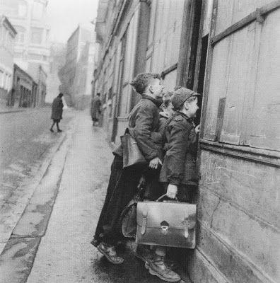 Les écoliers curieux, Paris, 1953