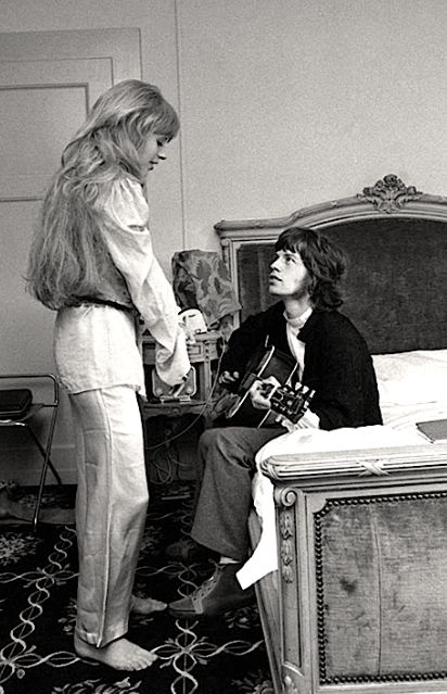 Mick Jagger serenading girlfriend Marianne Faithfull