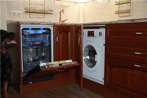 Посудомойка и стиральная машина в нижнем ярусе кухни