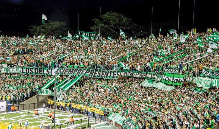 Mosaico feito pela torcida do Atlético Nacional nessa Libertadores (Imagem: Facebook Los Del Sur)      O estádio Atanasio Girardot, de propried...