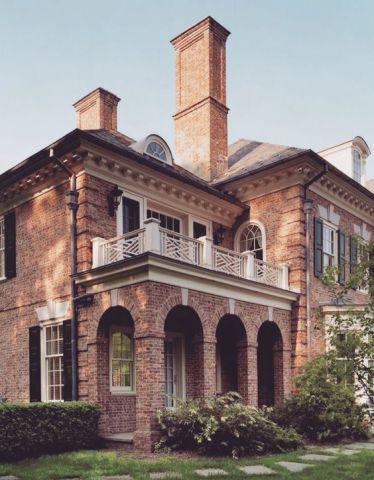 Arcos, varandas e tijolos fazem com que esta casa pareça ter saído de um conto de fadas.