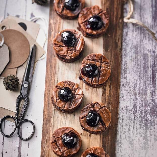 Die Türmchen aus Schoko-Mandel-Teig sind herrlich saftig. Gekrönt werden die weichen Schoko-Plätzchen von einer aromatischen Amarenakirsche.