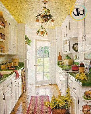 ... con il soffitto realizzato con carta da parati color zafferano
