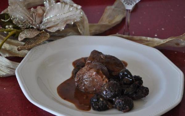 Cerdo en salsa de ciruelas. Aprende a preparar cerdo en salsa de ciruelas con esta rica y fácil receta. sofreir la cebolla y el ajo en la mantequilla, agregar el cerdo en cuadros y el azucar, a...