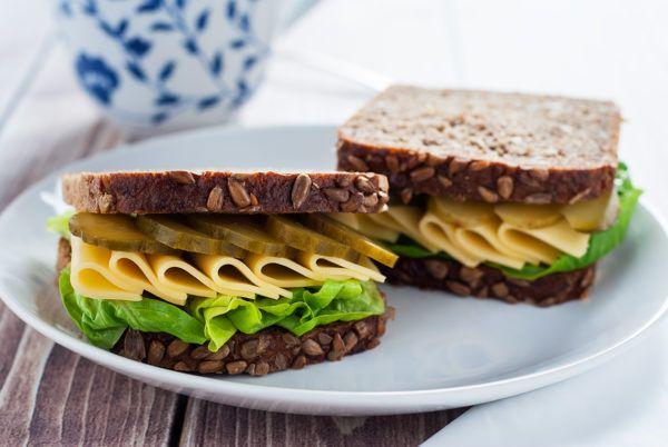 Kanapka z chleba słonecznikowego z żółtym serem i ogórkiem korniszonem