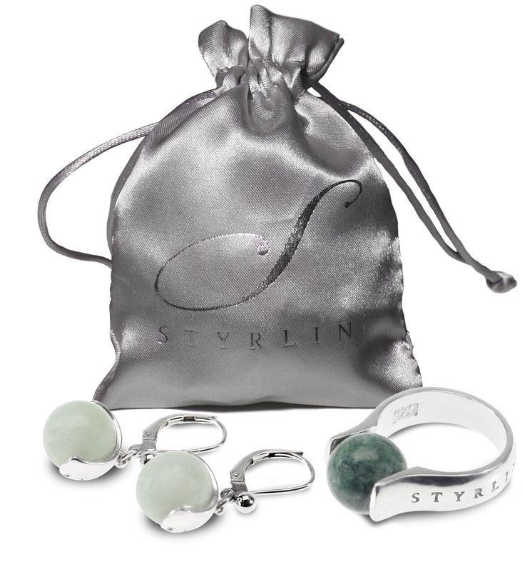 Alla smycken levereras i fina smyckespåsar.