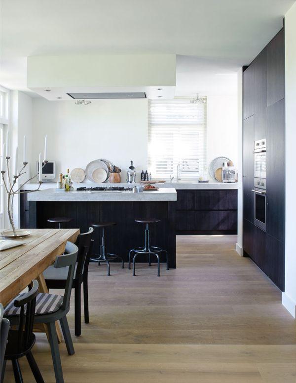 zwarte keuken met houten vloer
