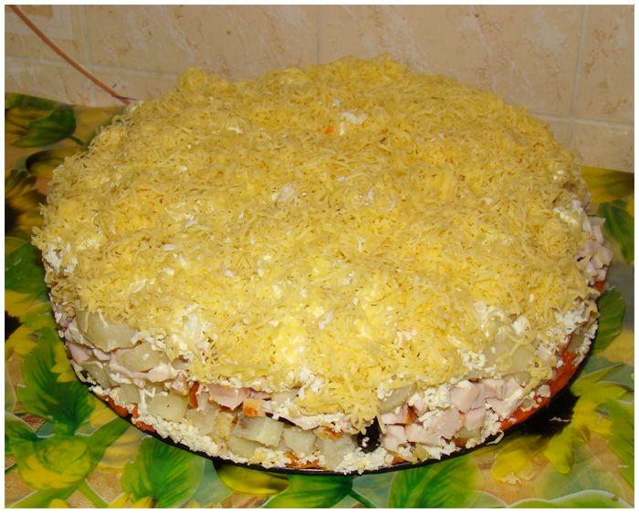 Слоеный салат с черносливом орехами курицей и грибами