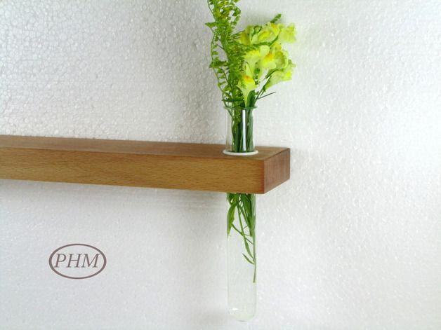 Das kleine Wandregal mit Vase wurde aus bestem Buchenholz von mir individuell gefertigt. Die Reagenzglas-Vase kann mittels des mitgelieferten Silikon-Rings in der Höhe verstellt werden Die...