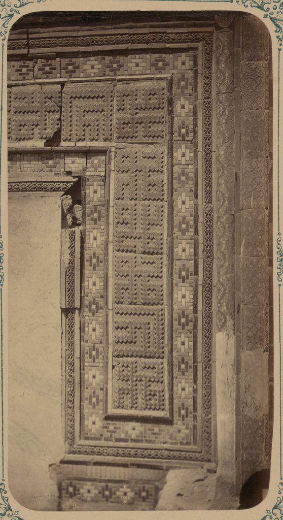 Antigüedades de Samarcanda. Sepulcro de san Kusam-ibn-Abbas (Shah-i Zindah) y mausoleos adyacentes. Mausoleo de Chuchun Bek. Sección de una inscripción alrededor de la antigua puerta de entrada — Visor — Biblioteca Digital Mundial