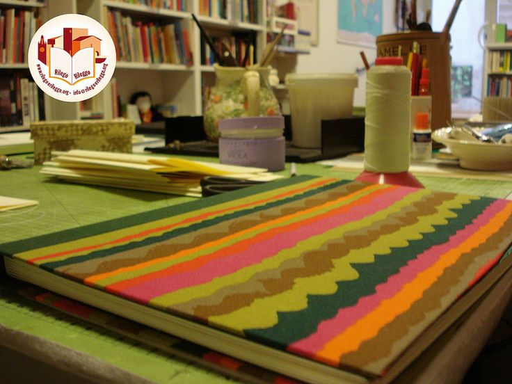 Quaderno da disegno con veline per proteggere le creazioni e copertina in stoffa. Creato da noi: www.rilegoerileggo.org