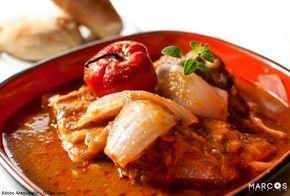 El Adobo Arequipeño, un plato tradición de la Ciudad Blanca.  Una de las capitales gastronómicas del Perú es la ciudad de Arequipa, destacando el famoso Adobo Arequipeño, que consiste en un plato de carne de cerdo marinada en verduras y especias, cocido todo esto en una olla de barro.