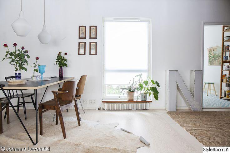 ikkuna,olohuone,ruokapöytä,maljakot,viherkasvit