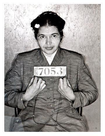 Rosa Parks(1913 - 2005) foi uma figura importante do movimento pelos direitos civis nos Estados Unidos, em especial por ter-se negado a ceder o assento a um alvo e mover à parte de atrás do autocarro (1955) no sul dos Estados Unidos, onde acabou no cárcere por tal ação e supôs o fim das práticas segregacionistas.