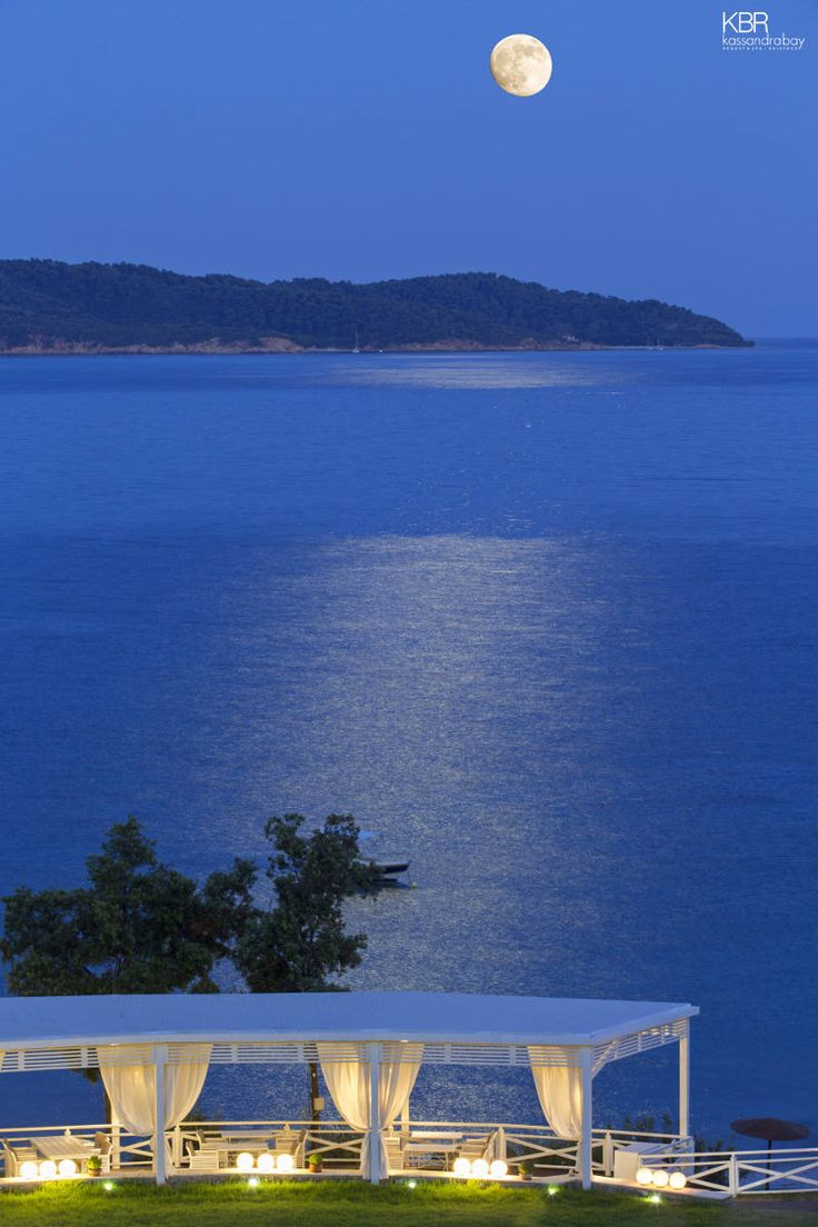 The moonlight splashes down its watery white-silver glow, offering the absolute setting for an exquisite dining experience by the sea. Enjoy the view and surprise your palate with the finest dining and wining in Skiathos… More at kassandrabay.com/kassandra-bay-photos/