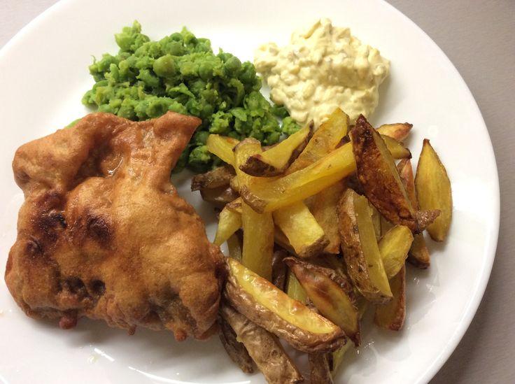 Ryba smažená v těstíčku z vajec a tapiokového škrobu, hranolky, domácí tatarská omáčka a mačkaný hrášek