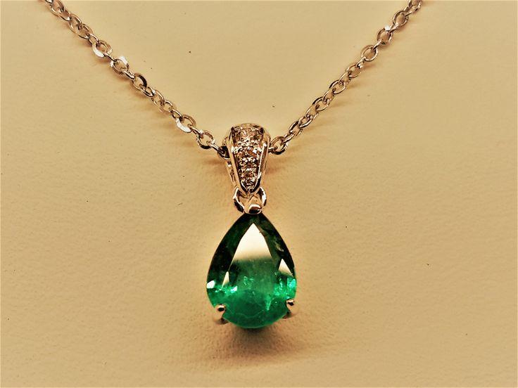 pendente in Oro Bianco con Diamant taglio Brillante e smeraldo Birmano taglio Goccia