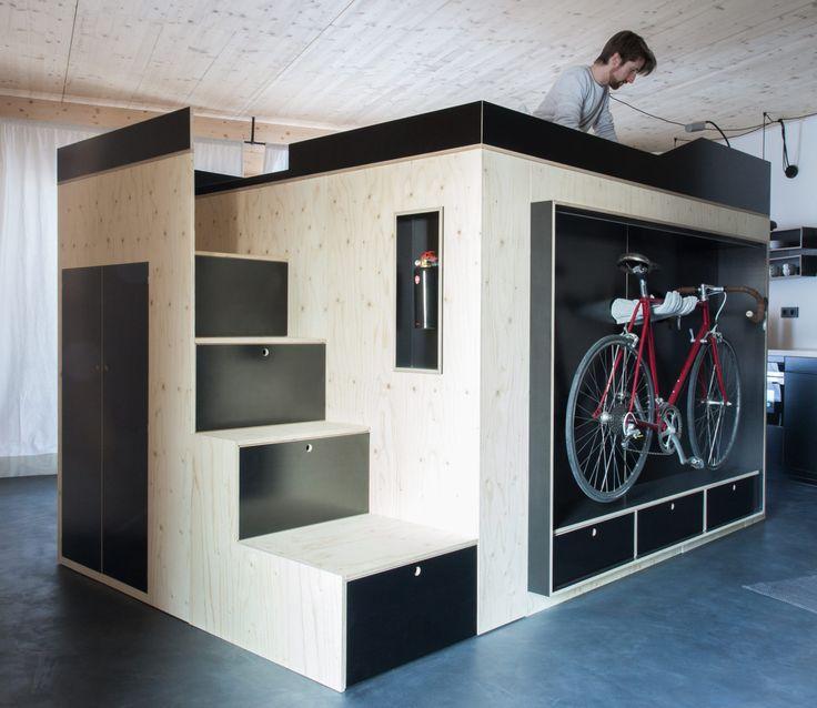 Nils Holger Moormann hat eine Box für Mikroappartements entwickelt, in und auf der man schlafen, arbeiten, essen und seinen Kram unterbringen kann.