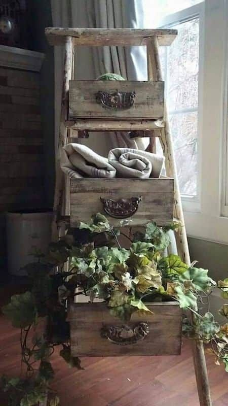 Un vieil escabeau en bois, des tiroirs