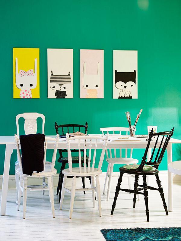 Mix and match de chaises dépareillées en bois peintes en noir et blanc