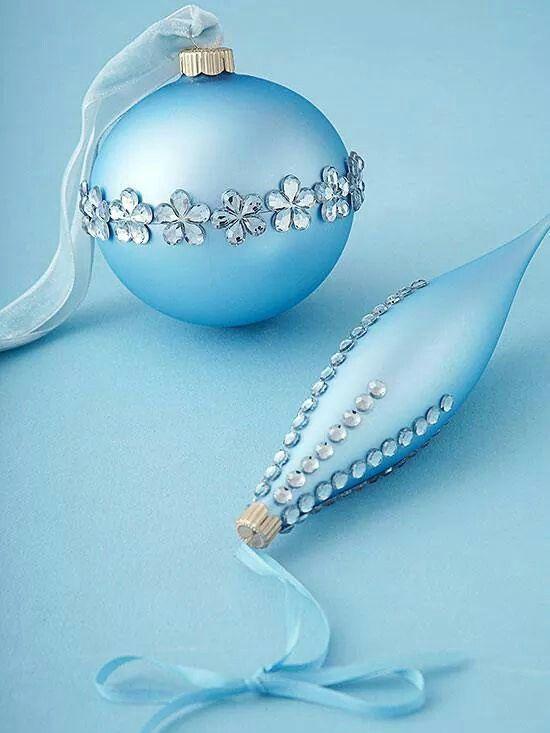 Kerstballen versieren met strass stickertjes.