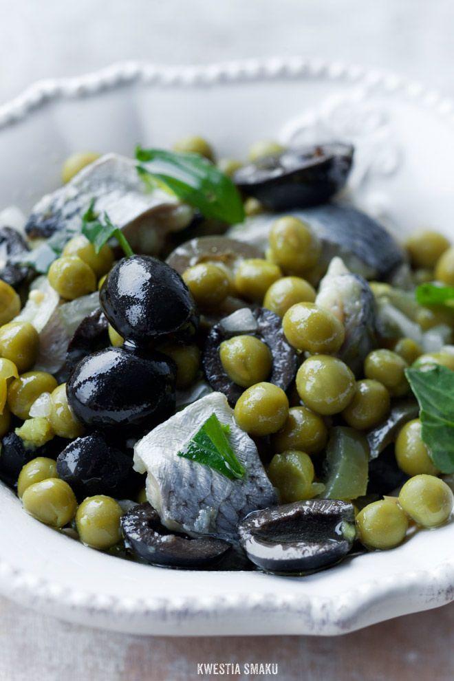 Sałatka ze śledziami, zielonym groszkiem i czarnymi oliwkami